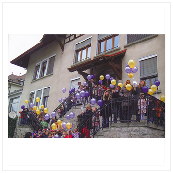 12 เมษายน 2553 เปิดตึกพระราชทานโรงเรียน  Ecole nouvelle de la Suisse Romande ที่โลซานน์เด็กๆ มาต้อนรับ
